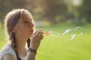 シャボン玉をする女の子 - 写真素材
